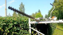 Trimning i Örnsköldsvik, mil all serviceNär sommaren kommer börjar växterna blomstra snabbt. Buskar, häckar och träd behöver trimmas för att hålla en fin form. Vi kan hjälpa dig att ta bort alla döda och sjuka grenar, samt de grenar som inte ligger som de ska. Vår trädgårdspersonal är vana vid både enkel och avancerad trimning av buskar och häckar. Professionell trimning med rätt verktyg Våra trädgårdsmästare har lång erfarenhet och kunskap vid trimning av buskar, häckar och träd. De är vana vid de rätta verktygen och maskinerna som behövs vid trimning, exempelvis motorsåg. Vad kan vi trimma? Vi kan hjälpa dig att trimma alla slag av växter i trädgården, allt från dina buskar till din rosenträdgården. Här är några exempel på vad vi kan hjälpa dig med. Trimning av: • Häckar • Buskar • Träd • Blommor Trimning i Örnsköldsvik och Umeå Behöver du hjälp att trimma dina buskar, träd eller häckar i Örnsköldsvik eller Umeå? Vi kan hjälpa dig! Läs mer om vad som gäller för respektive ort, samt kontaktuppgifter till våra trädgårdsarbetare.